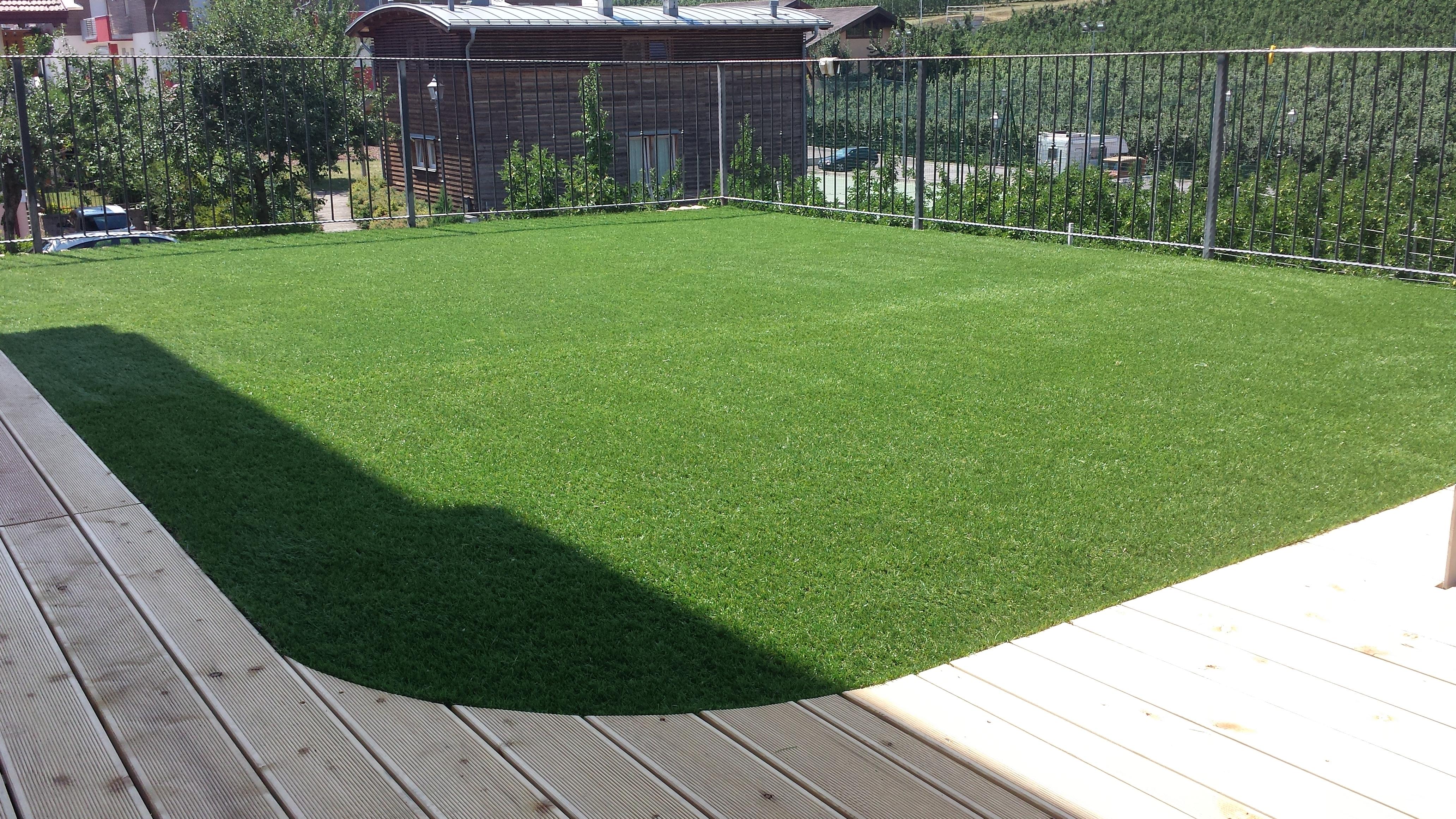 Pavimentazione giardino/terrazzo in erba sintetica e larice ...