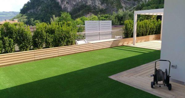 Giardino con erba sintetica P37 e particolare in legno