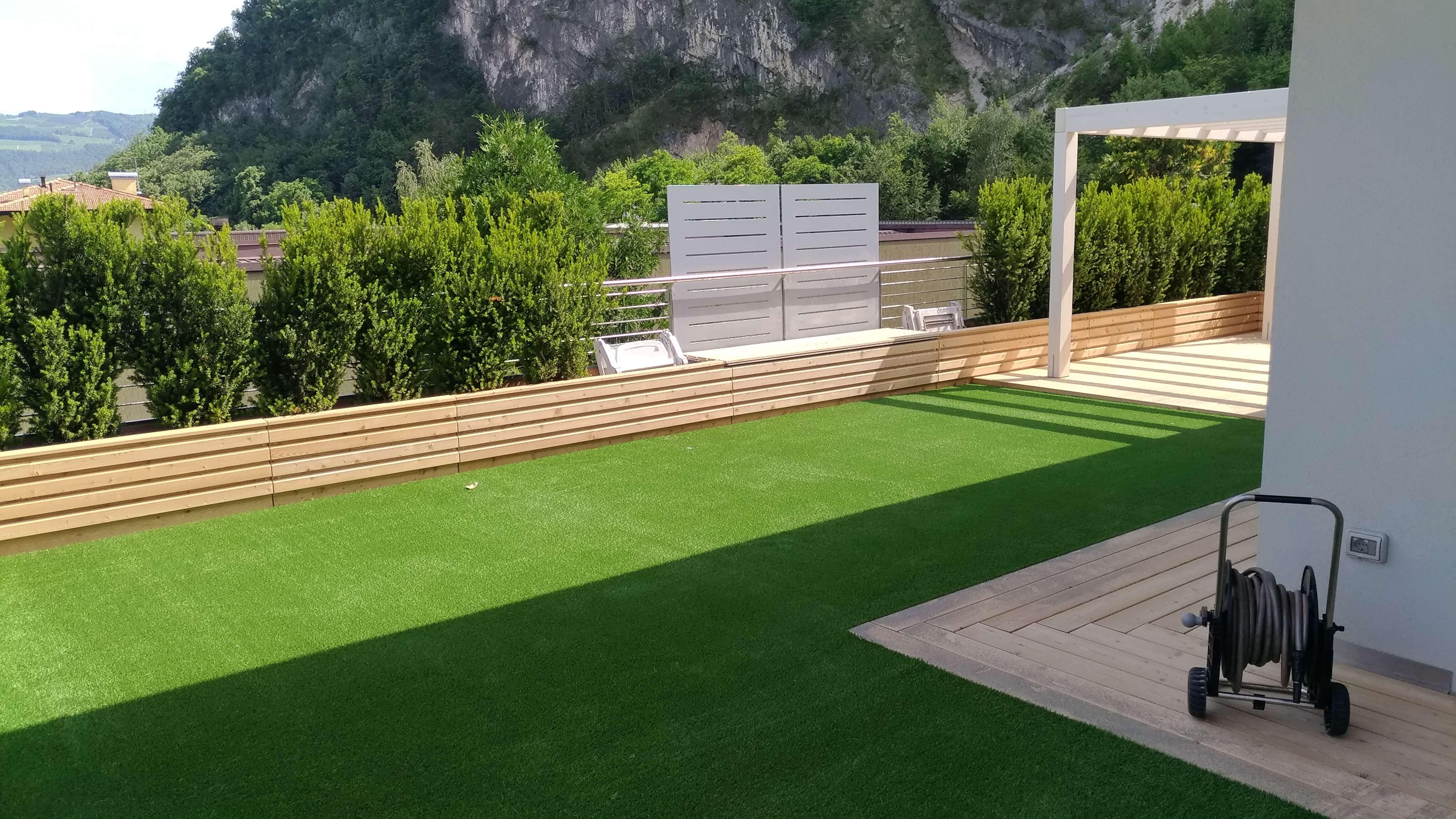 Giardino con erba sintetica p e particolare in legno impianti