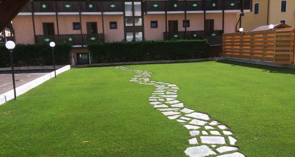 Giardino hotel in erba sintetica e piastre antitrauma