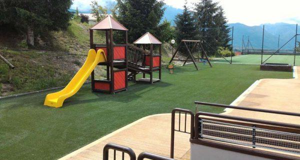 PREDAIA (TN) Pavimentazione in erba sintetica parco giochi